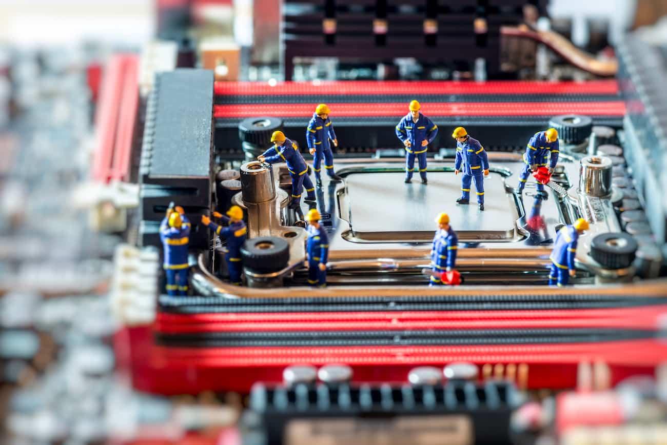 Grupo de técnicos reparando una CPU. Centro de Computación