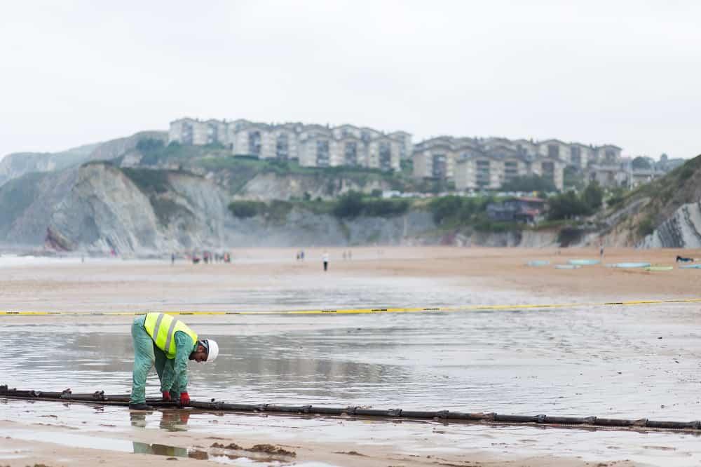 Un trabajador realiza labores de mantenimiento en un cable de Marea