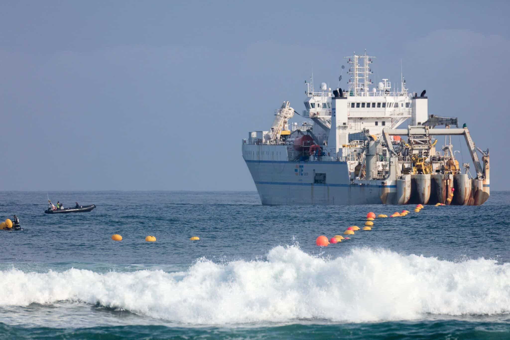 Barco realizando tareas necesarias para la instalacion de Marea
